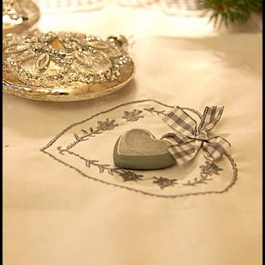 Szare serduszko i biała koroneczka wdzięcznie wyglądają z dodatkiem srebra.