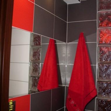 Moja mała łazienka bez umywalki niestety, ale juz sie przyzwyczaiłam myć ręce nad wanną :)