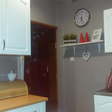 Zapraszam do mojej kuchni na poddaszu. Przedstawiam zdjęcia przed i po zmianach. Marzyły mi się od dawna nowe meble kuchenne ale skończyło się na przemalowaniu starych. Jak wyszło oceńcie sami. Oto moje kuchenne rewolucje, nowa tapeta, nowy stół z krzesłami i zamarzyłam sobie czerwone dodatki w grochy :) W przyszłości zamierzam zmienić blad kuchenny,okap i parę innych rzeczy.