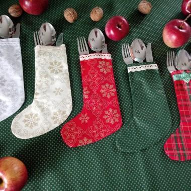 Ciekawym pomysłem na ozdobę stołu są skarpety świąteczne na sztućce
