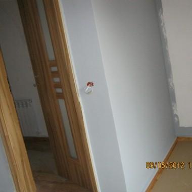 Witam wszystkich, od dłuższego czasu śledze wasze forum i mama nadzieje że znajdzie się pare duszyczek które zechcą mi pomóc szukam biało- czarnej  tapety do sypialni kolor na ścianach to klasyczny szary dekoral (na zdjęciach wyszło troche jasno ujęcie z wnęką pasek od samej góry najbardziej odzwierciedla prawdziwość koloru) meble będą białe celowo na ściany nie wprowadzam koloru bo mam takie założenie ze bede sypialnie zmieniać dodatkami chciałabym żeby tapeta była delikatna i troche w rmantycznym stylu co myślicie o tym http://allegro.pl/alle-tapety-pl-lars-contzen-tapeta-winylowa-as-i2337351671.html podaje nr tapet bo jest ich więcej na stronie 6237-13 , 6236-14 pozdrawiam wszystkich i czekam na podpowiedzi