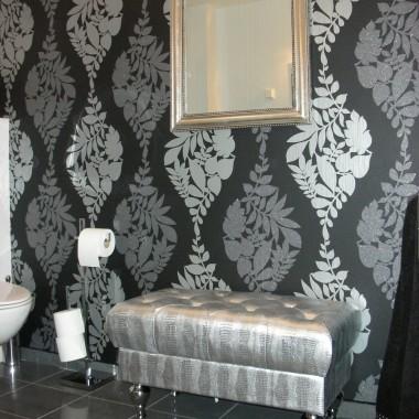 łazienka biało-szaro-czarna