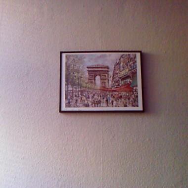 """Obrazek wisi jeden ale chcę jeszcze powiesić coś na drugiej ścianie pod półkami i nad stolikiem """"maszyną"""" tylko nie wiem co będzie pasować?"""