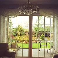 Do tej dekoracji karnisz nie musi być na całej długości nad oknem, wystarczą dwa krótsze na przestrzeni, gdzie ma być firana/przewieszka.