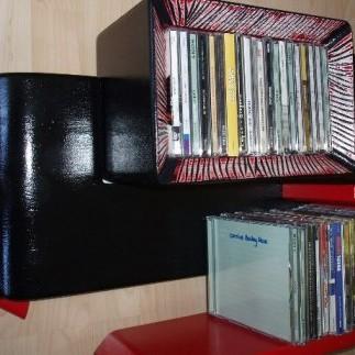 recznie wykonana z drewna i plyty tzw.sklejki moze sluzyc na plyty cd tylko lub tez na ksiazki