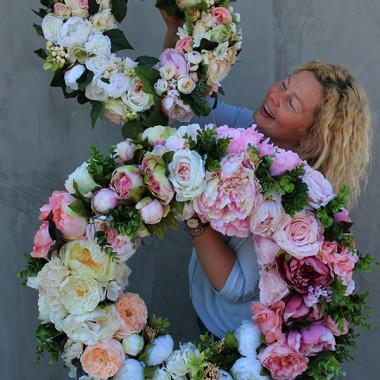 Piękne dekoracje z kwiatów sztucznych przygotowane w naszej pracowni z pięknem - tenDOM