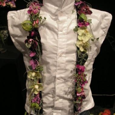 Ozdoba ślubna w postaci kwiatowych szelek...