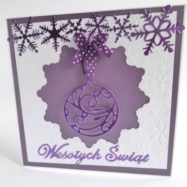 Cena: 9,00 złElegancka i nowoczesna kartka świąteczna utrzymana w biało-fioletowej tonacji.Rozmiar po rozłożeniu to ok 30x15 cm, a złożona tworzy kwadrat o boku ok 15cm.Wykonana z grubego śnieżnobiałego 250g papieru. Na nim znajduje się fioletowy perłowy oraz ponownie biały wytłoczony i efektownie wycięty. Kartka ponadto ozdobiona jest elementami z bardzo modnego w tym sezonie papieru lustrzanego w odcieniu soczystego fioletu. Dodatkową dekoracją jest kokardka-zawieszka w urocze kropeczki.Kartka jest przestrzenna, zdobiona elementami 3D, idealna zarówno do wysłania, jak i do osobistego wręczenia np. idąc w świąteczne odwiedziny.W środku znajdują się nadrukowane życzenia, do wyboru 7 wersji, otrzymają je Państwo po dokonaniu zakupu na adres mailowy lub pozostawią Państwo wybór mnie, wpisując to w wiadomości podczas zakupu.