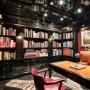 """Domy sław, Tommy Hilfiger sprzedał swój ekstrawagancki apartament - Na ścianie  biblioteki urządzonej w drewnie znajduje się grawerowane logo """"New York Times"""", które wcześniej wisiało w poprzedniej siedzibie redakcji.  Źródło: IMP FEATURES/East News"""