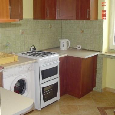 Druga częśc kuchni. Widoczna pralka i kuchenka. Nie są to meble do zabudowy a stare sprzety które na razie musza nam służyć. Wydatki które mamy związane z naszym dzidziusiem( za 5 tyg.) uniemożliwiają nam zakup nowych &#x3B;-). Górny ciąg szafek na przerwę na pochłaniacz , który zamierzam wkrótce dokupic- bedzie w białym kolorze z kominem.Dzięki temu że kuchenka jest wyższa można zamontować blat na pralce. Przy standardowych wymiarach kuchenki istnieje ryzyko iż blat na pralce mógłby się przypalić.