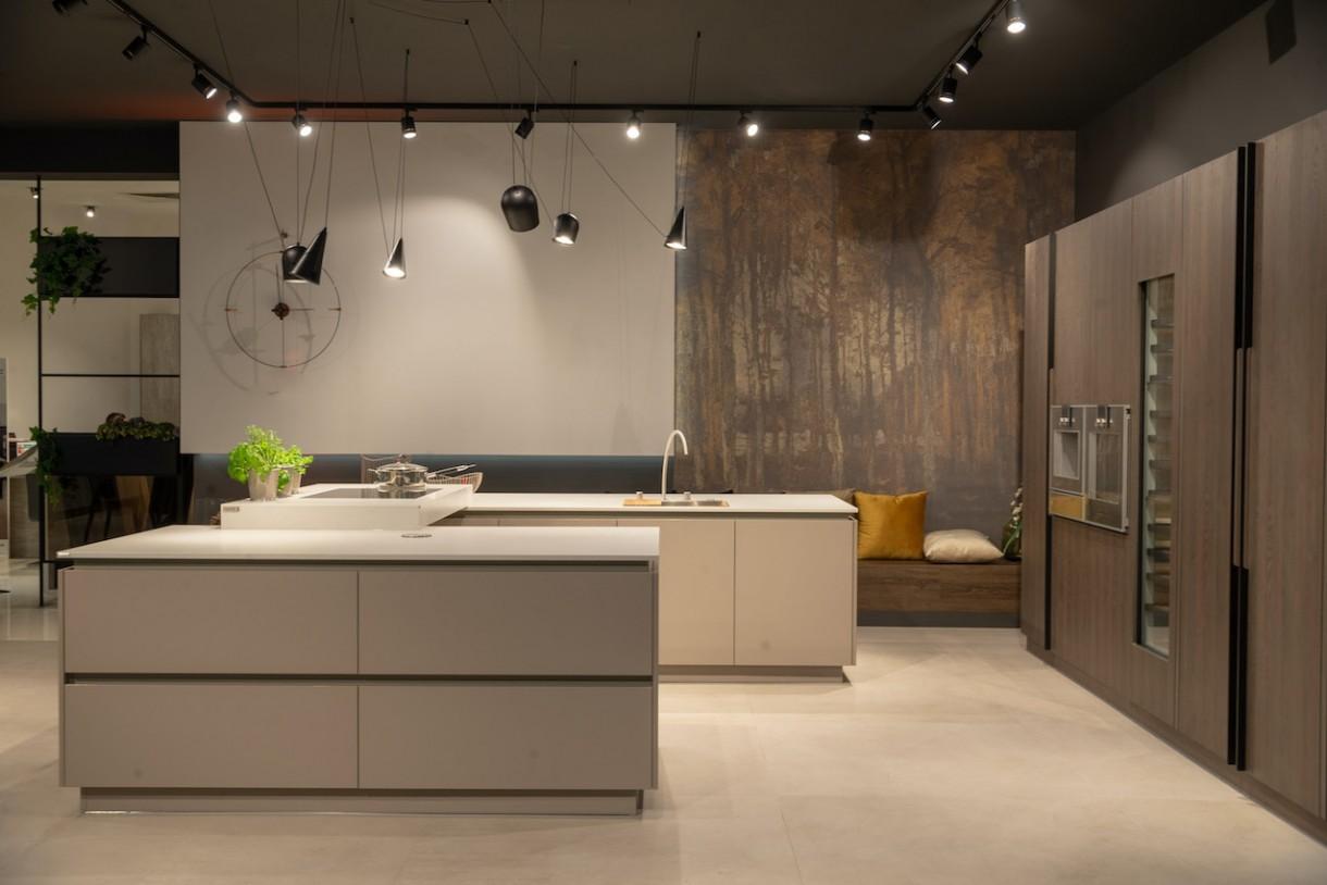 Kuchnia, Trzy pomysły na wyspę kuchenną - - Popularna wyspa kuchenna pojawia się wszędzie tam, gdzie tylko pozwala na to przestrzeń. Wyznacza granice między strefą wypoczynku a miejscem kulinarnych popisów. Przy niej zjemy posiłek, wypijemy szybko kawę, popracujemy na laptopie, a w trakcie przyjęcia posłuży jako bufet. Jest funkcjonalna i pięknie zaprojektowana, tak jak lubimy najbardziej - komentuje Justyna Zajc, współwłaścicielka firmy ZAJC.  Materiał prasowy