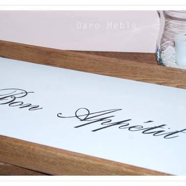Tace  z ręcznie robionymi napisami by Daro Meble