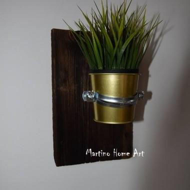 """Nazwałem go """"roboczo"""" - złotko :) U mnie znalazła zastosowanie trawa, ale można popróbować z różnymi kombinacjami. Kolor starej deski i złotego pojemnika intensywnie współgra w każdym świetle."""