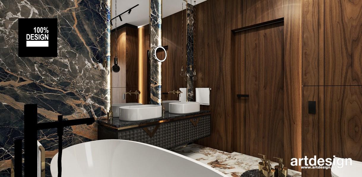 Łazienka, Projekt łazienek   AESTHETIC PLEASURE   Wnętrza domu - Oryginalne, pełne kontrastów i efektownych faktur – takie miały być łazienki w projektowanym przez nas domu. Płytki z wyrazistymi wzorami kamienia zestawione z fornirem w ciepłym kolorze dopełniają się, tworząc dobrze zgraną całość. Dość ciemna kolorystyka tworzy kameralną atmosferę. Elegancji dodają dekoracyjne szafki ze złotymi detalami.