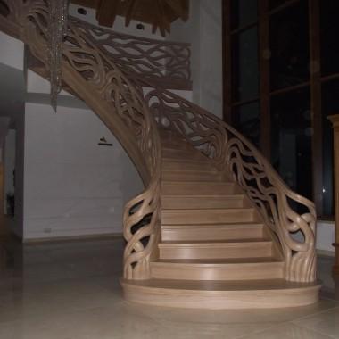Schody gięte z drewna, balustrada ręcznie rzeźbiona.Projekt i wykonanie LEGAR-schody