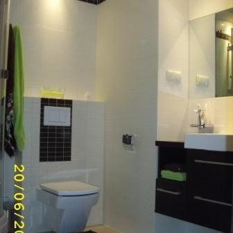 Trochę zieleni w małej łazience.Tubądzin Calle.