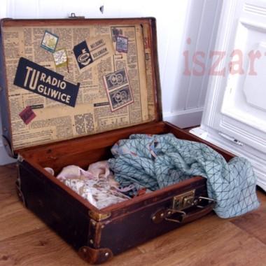 walizka odnaleziona na strychu, odmalowana i wyklejona gazetami