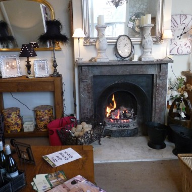 Otwarty kominek w jednej ze sal sklepowych dawał nie tylko przyjemne ciepło, ale też zapach drewna i dymu. Można było poczuć się jak w domu siadając na wygodnym fotelu i przeglądając najnowsze katalogi.