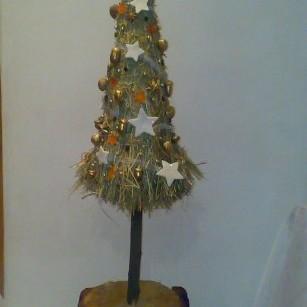 choinka z siana&#x3B;ozdobiona gwiazdkami wyciętymi ze skórek mandarynki,anyżkiem,orzechami i żołedziami.