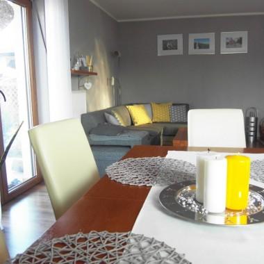 W salonie przestawiłam meble,tak jak sugerowałyście w poprzedniej galerii.Doszedł dywan i kilka żółtych dodatków.Mnie się teraz bardziej podoba,a Wy co sądzicie?