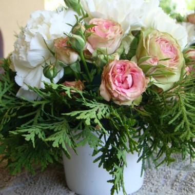 Pomysł na kwiatową dekorację stołu