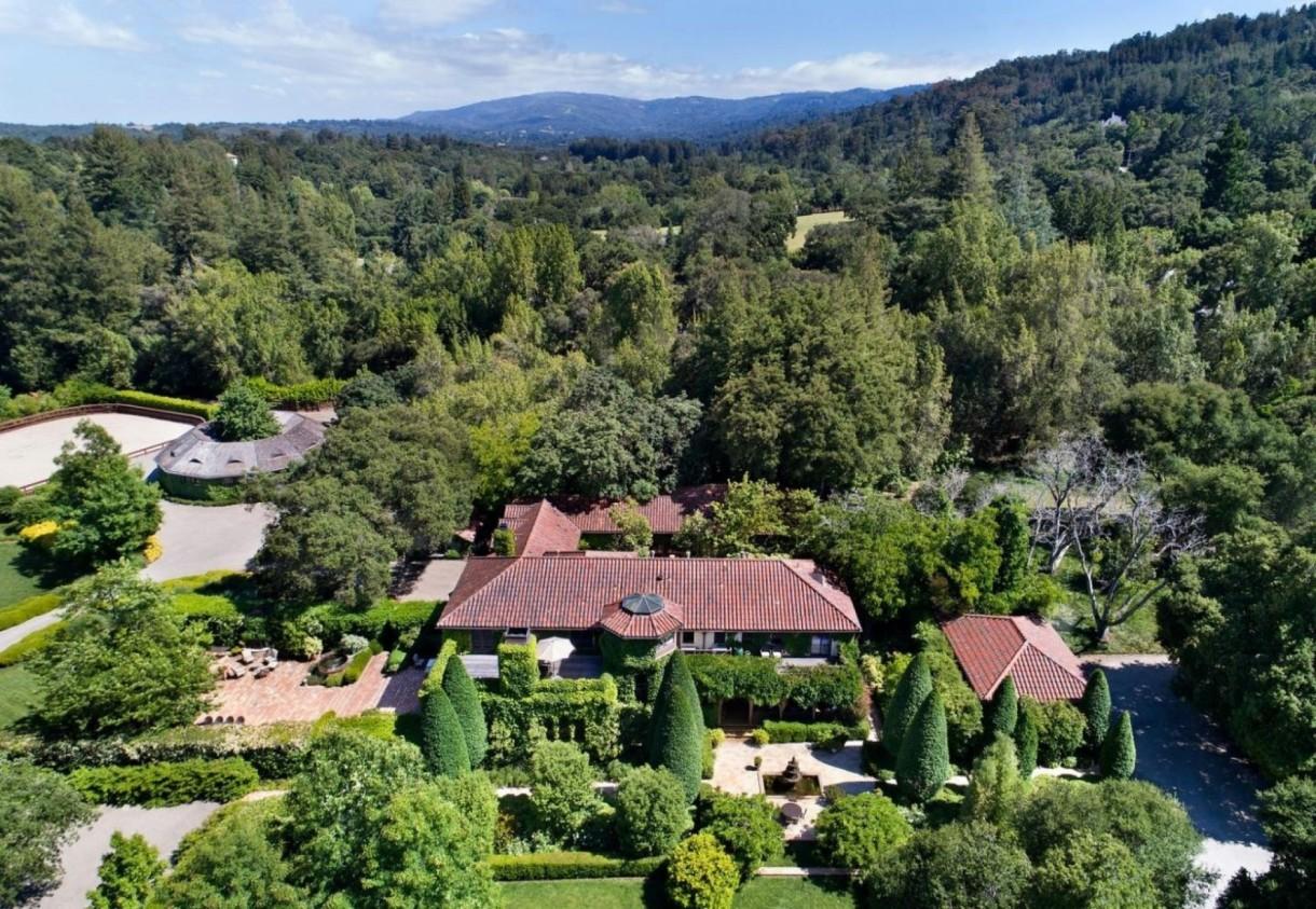 Domy sław, Michelle Pfeiffer sprzedała swoją willę - Piękna, hollywoodzka aktorka Michelle Pfeiffer sprzedała swoją rezydencję w San Francisco. Za nieruchomość nowi nabywcy zapłacili oszałamiające 22 miliony dolarów. Jednak pierwotna cena domu była i tak o siedem milionów wyższa.  źródło: IMP FEATURES/East News
