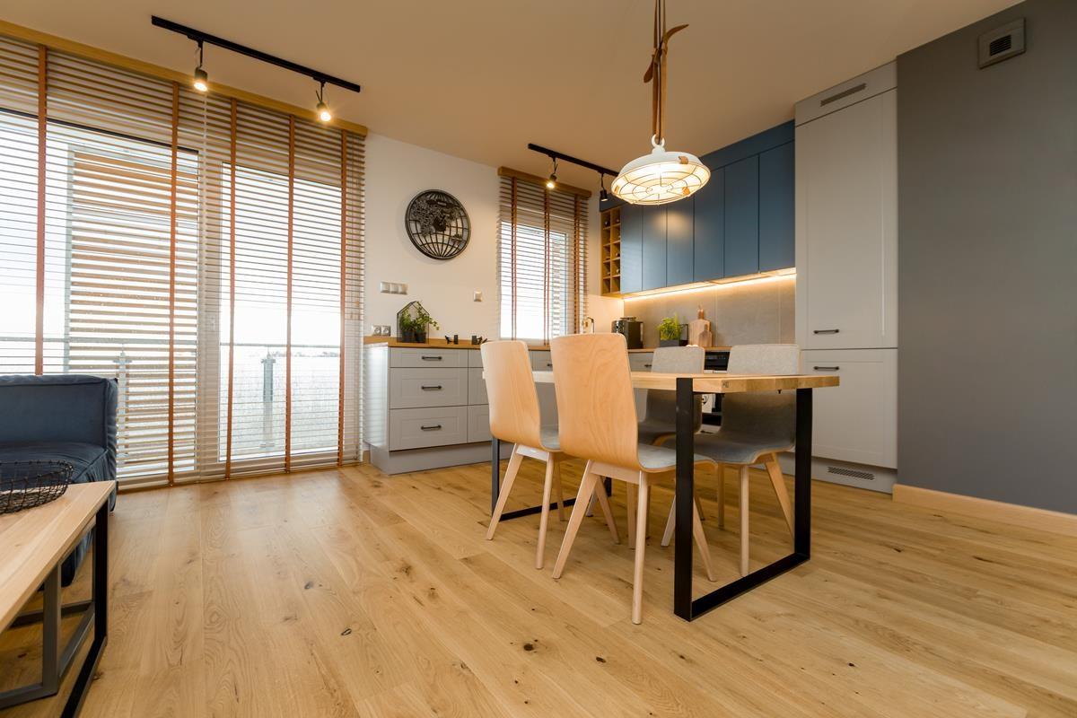 Domy i mieszkania, Mieszkanie dla podróżniczki - W projekcie zastosowano wiele źródeł światła, w tym ulubione oświetlenie architektów – reflektory PETPOT marki AQForm, dające ciekawe efekty na ścianach, dzięki możliwości kierowania światła w różne strony.