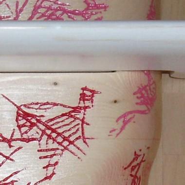 zrobione z drewna sosnowego czesciowo lakierowane i malowane Wzory sa wglebieniami wypelnionymi farba