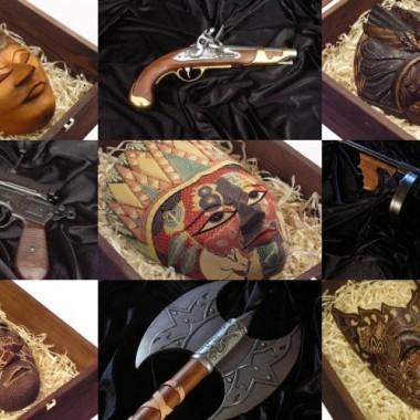 Marka ALEPREZENT powstała z myślą o wszystkich miłośnikach sztuki egzotycznej oraz replik broni historycznej. W ofercie: colty i rewolwery, działa i armaty, halabardy, hełmy, kapelusze kowbojskie, karabiny i pistolety, katany, kusze, miecze, panoplie i herby, pasy kowbojskie, pistolety kapiszonowe, pistolety skałkowe, podstawki drewniane, rapiery, skrzynie drewniane na repliki, strzelby, szable, sztylety, tarcze, tanto, wakizashi, wieszaki i zawieszki, winchestery, zbroje i zestawy pojedynkowe oraz wiele innych. Zamiarem naszym jest dostarczenie Państwu unikatowych towarów najwyższej jakości. Zaczynamy od rękodzieła pochodzącego z Indonezji ale w przyszłości w naszej ofercie znajdą się wyjątkowe przedmioty pochodzące z wielu kultur i różnych kontynentów. W obszarze naszych zainteresowań znajdują się tylko przedmioty najwyższej jakości niespotykane w Polsce ani w Europie. Zapraszamy na nasze aukcje oraz do sklepu internetowego. Pozdrawiamy Zespół ALEPREZENT.COM.PL