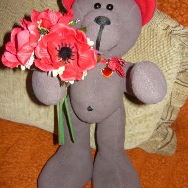 Zakochany miś z kwiatami, wzrost 35 cm