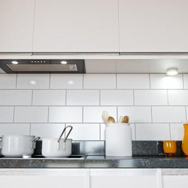 Utrzymana w praktycznym, surowym stylu kuchnia, w której główną rolę grają nonszalanckie dodatki. Szkalny, ciemny okap do zabudowy ukryty jest w kuchennej zabudowie, dzięki czemu kuchnia sprawia wrażenie czystej i otwartej.