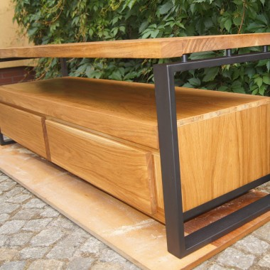 Przedostatni element naszej kolekcji z drewna i stali, szafka rtv. Idealna do każdego salonu utrzymanego w stylu loft. Jeśli nie wiecie gdzie postawić telewizor, żeby obejrzeć mecz.... podajemy idealną propozycje :)