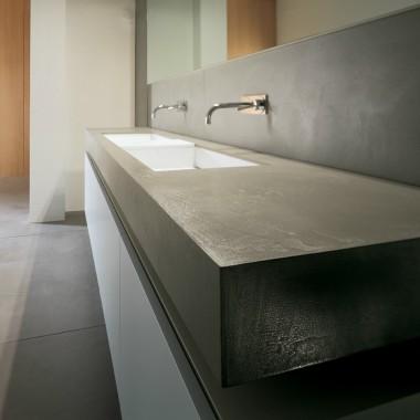Umywalki podwójne z blatem.Produkowane w pojedynczych egzemplarzach na zamówienie w dowolnym rozmiarze, kształcie, kolorze.Do wyboru struktura matowa lub wysoki połysk.Umywalka kompozytowa z betonem architektonicznym.Luxum.pl