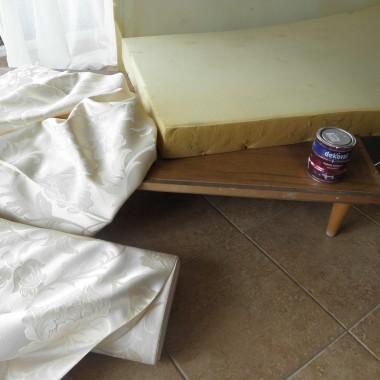 Dno ze starej szafy,gabka ze starego łozka,tkanina,farba,wkretarka,młotek gwozdzie:)))