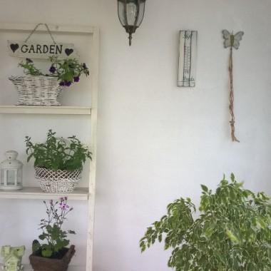 Prezentuje mój mały świat, uwielbiam spędzać czas na świeżym powietrzu wśród przyrody. Kwiatuszki co dopiero posadzone, więc jak się rozrosną będzie naprawdę uroczo &#x3B;) Drabinki na kwiaty wykonałam sama, użyłam ram ze starych wersalek, stoliczek na którym stoi szklarenka ozdobiłam techniką decoupage. W najbliższym czasie zamierzam też stworzyć leżnkę z palet z moskitierą. Zapraszam do obejrzenia mojego letniego miejsca wypoczynku :) Przesyłam pozdrowionka!!!