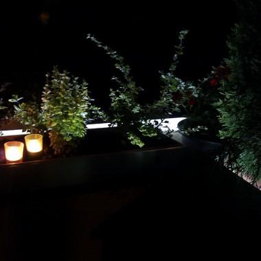 Taras to fajne miejsce do wypoczynku ,ale do tej pory były z nim same problemy:(  metalowe pręty  zamieniliśmy na murki między którymi już niedługo będzie drewniana ciemna balustrada.  W każdym murku jest wąż ledowy, który pięknie oświetla rośliny stwarzając miły nastrój. Rośliny muszą się rozkrzewić i wtedy zasłonią plastikowe donice oraz będą ochronić nas od wiatru.Taras nie jest skończony.Chcemy zrobić podłogę z drewna tekowego,ozdobić kamieniami i może  fajny wypoczynek.Czy to dobry pomysł?